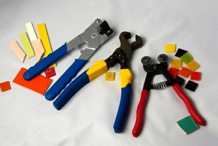 Cutting Glass Mosaic Tile With Mosaic Nippers